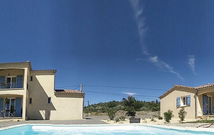 Location de vacances - Villa à Les Vans - La piscine entre les deux maisons
