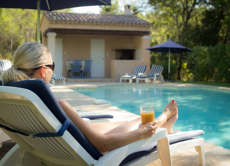 """Location de vacances - Mas à Bagnols-en-Forêt - Petit déjeuner """"pool side""""!"""
