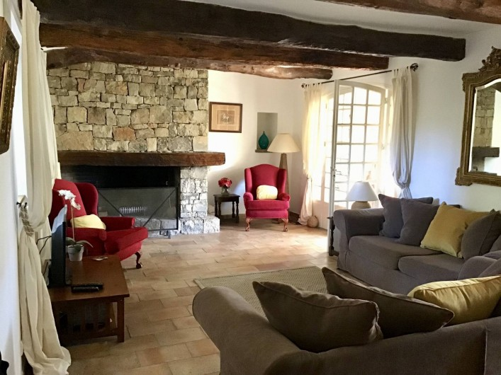 Location de vacances - Mas à Bagnols-en-Forêt - Salon chaleureuse en hiver et frais en été.