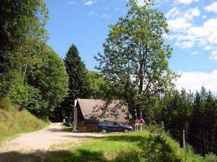 Location de vacances - Chalet à Cornimont - vue de chalet en venant de la forêt