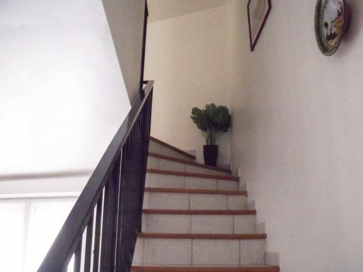 Location de vacances - Maison - Villa à Puisserguier - Escalier  menant à l'étage