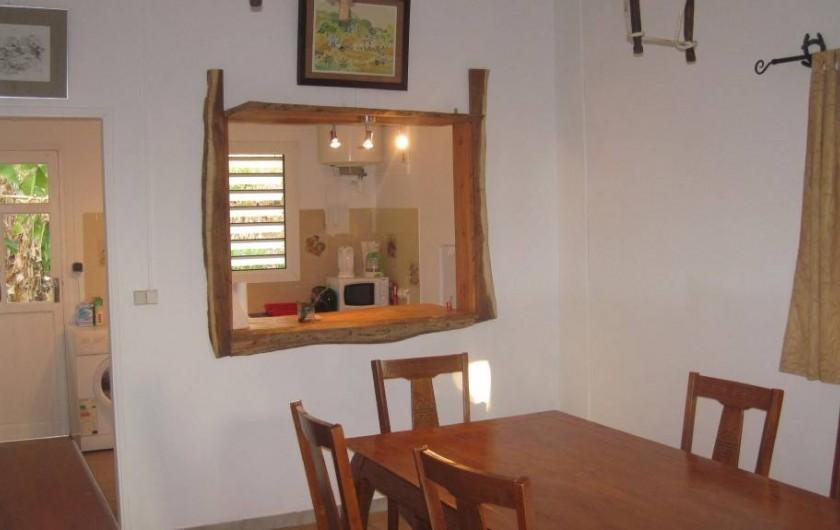 Location de vacances - Gîte à La Saline Les Hauts - La salle à manger donnant sur la cuisine