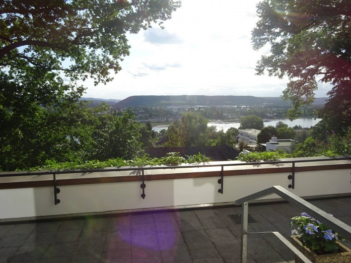 Location de vacances - Appartement à Linz - Vue sur le Rhin de la sortie de la cuisine à la terrasse