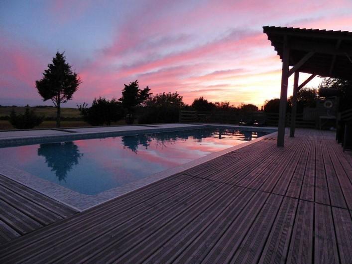 Location de vacances - Gîte à Carcassonne - Piscine couché de soleil