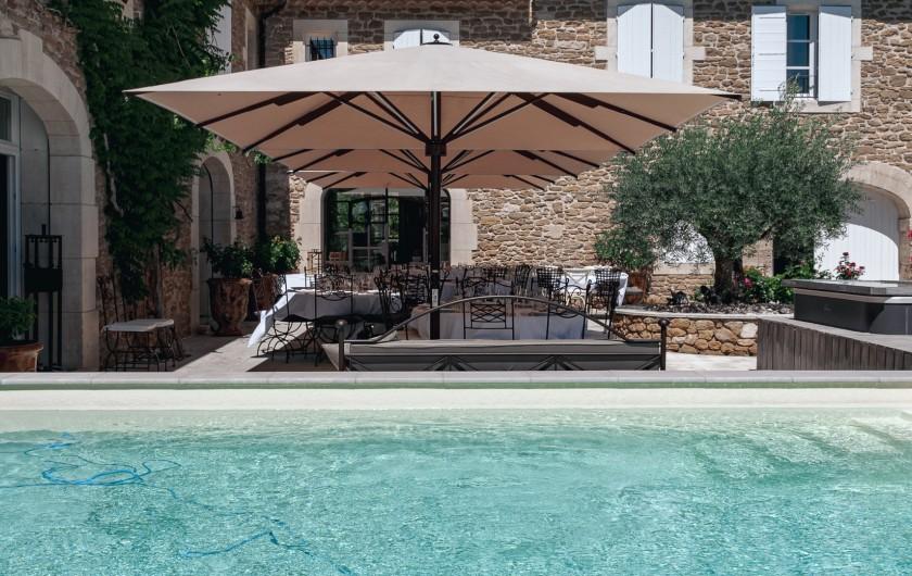 Location de vacances - Mas à Grillon - Vue sur la piscine et sur le spa côté extérieur