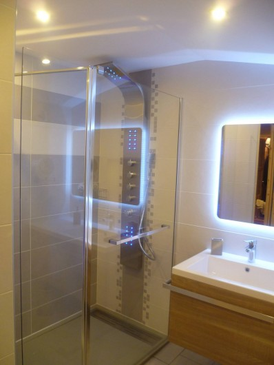 Location de vacances - Appartement à Le Corbier - salle de bain à l'étage avec douche à l'italienne et WC suspendu