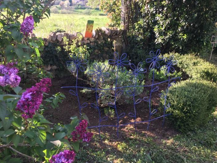 Location de vacances - Gîte à Saint-Rabier - Le petit jardin des herbes simples à la  disposition de de nos hôtes :