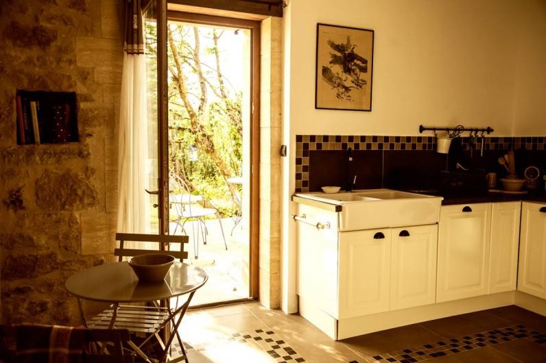 Location de vacances - Gîte à Saint-Rabier - Cuisine ouvrant sur la terrasse