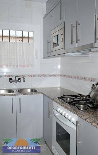 Location de vacances - Appartement à Platja d'Aro - cuisine avec des ustensiles: four, micro-ondes, réfrigérateur etc