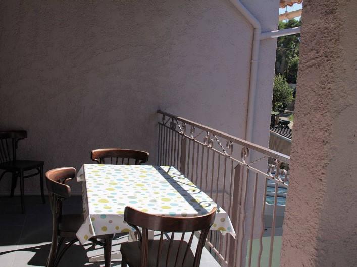 Location de vacances - Appartement à Six-Fours-les-Plages - coin repas terrasse