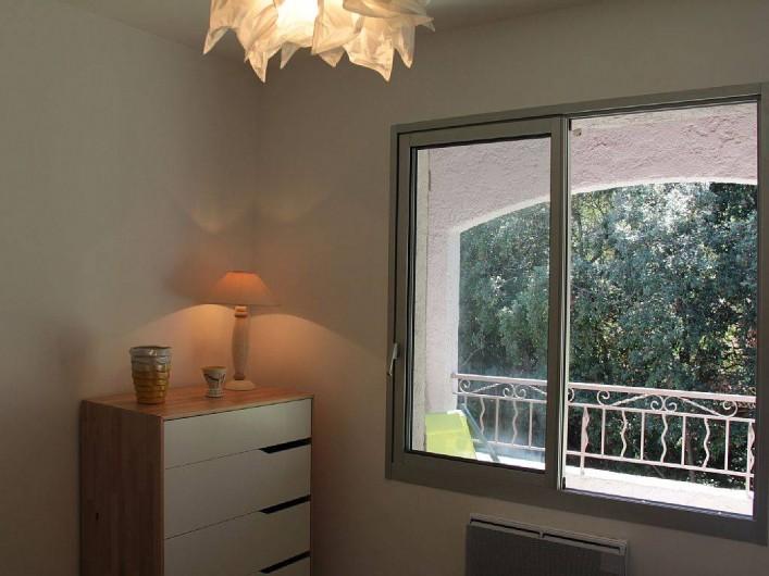 Location de vacances - Appartement à Six-Fours-les-Plages - chambre coté terrasse et jardin