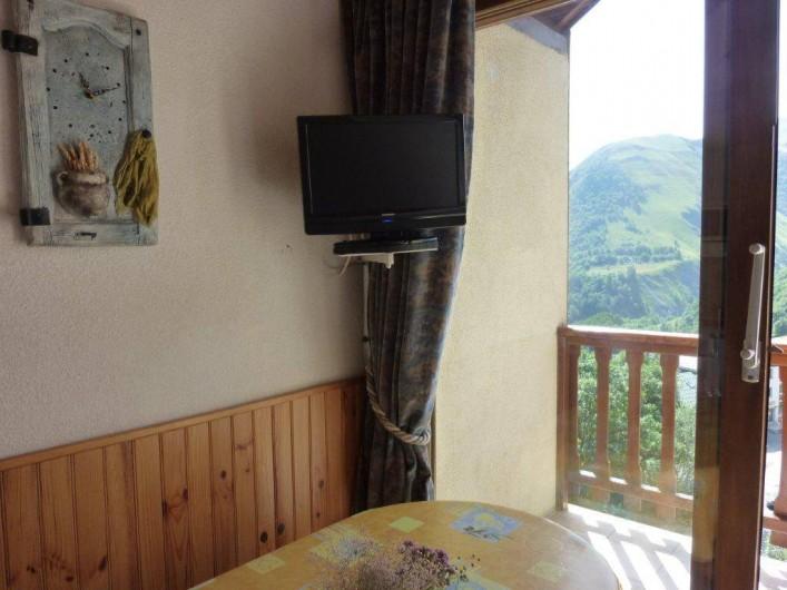 Location de vacances - Appartement à Saint-Sorlin-d'Arves - Coin séjour, balcon exposé sud, Vue superbe