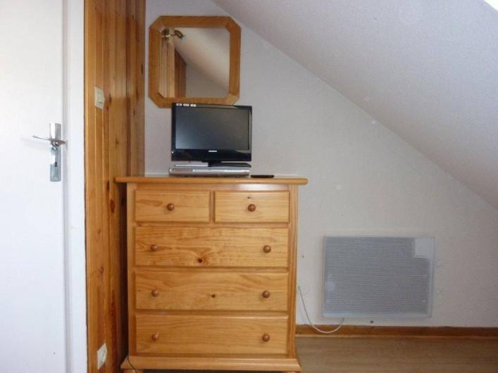 Location de vacances - Appartement à Saint-Sorlin-d'Arves - Chambre 2:  commode et TV