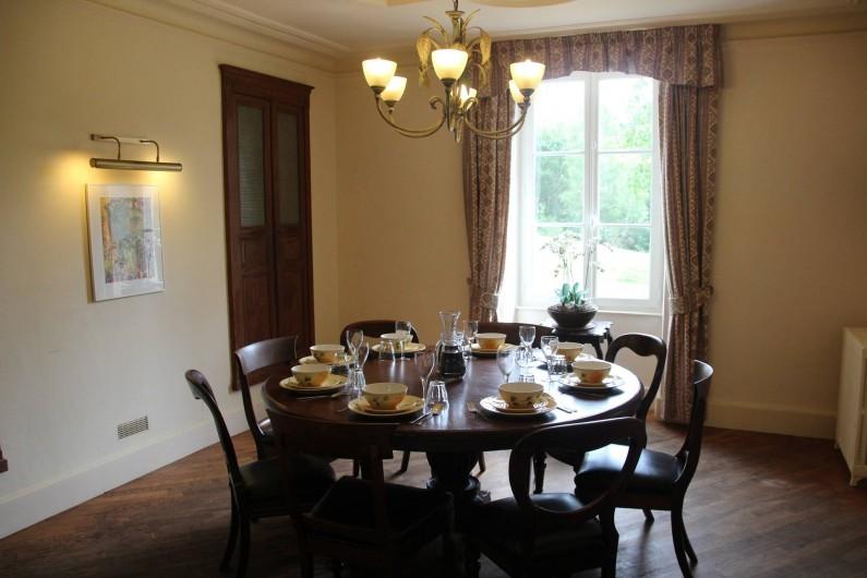 Location de vacances - Villa à Saint-Moreil - De l'autre côté du couloir est la cuisine avec une grande table ronde