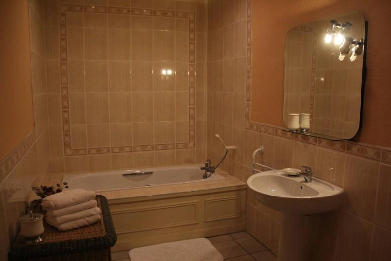Location de vacances - Villa à Saint-Moreil - Chaque étage dispose d'une salle de bains avec wc, lavabo, baignoire ou douche
