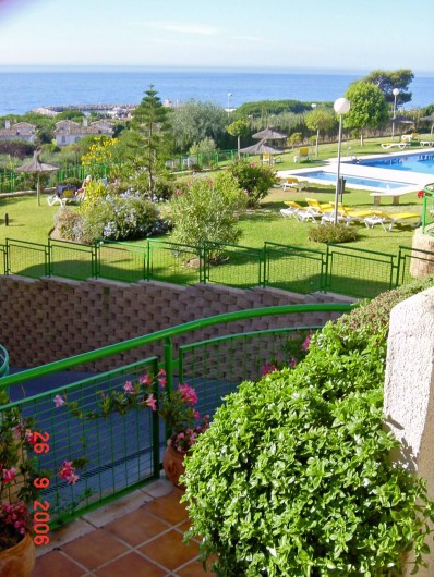 Location de vacances - Appartement à Marbella - Taken from the lower terrace across to the pools.