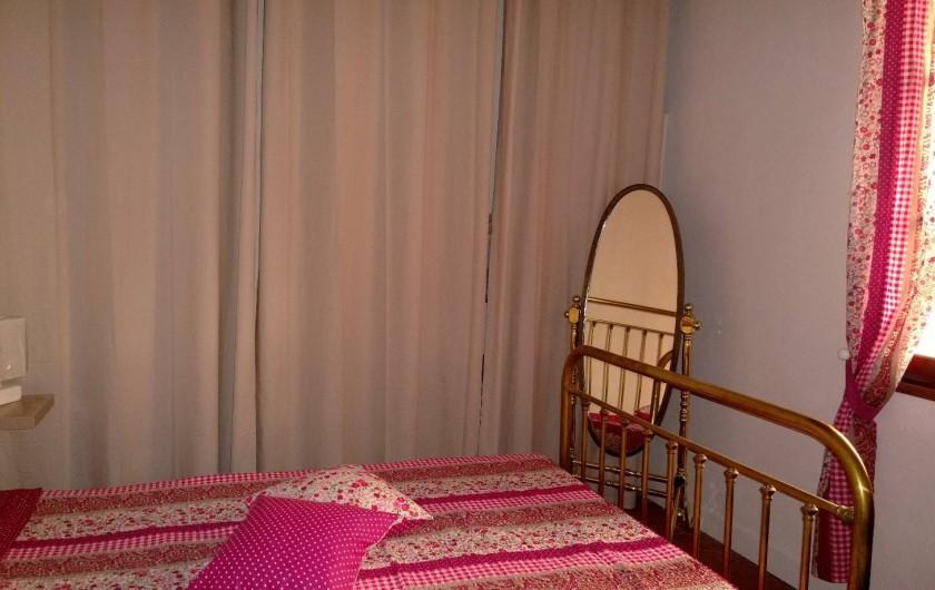 Location de vacances - Appartement à Saint-Martin-Vésubie - Chambre 1 avec grand placard de rangement