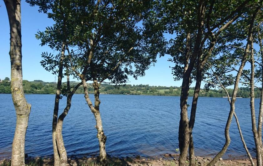 Location de vacances - Gîte à Alrance - Berges du lac 50m du gîte  y accéder une allée boisée privée
