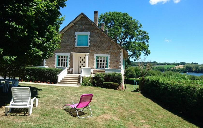 """Location de vacances - Gîte à Alrance - Bienvenue à """" La Baraque de Malet """" Le Gîte avec le lac en fond"""