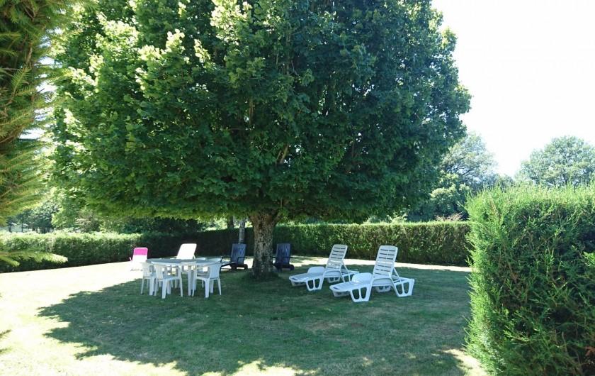 Location de vacances - Gîte à Alrance - Sous l'ombre du tilleul , devant la maison