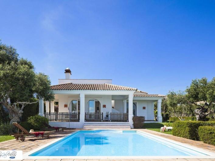 Location de vacances - Villa à Benalup-Casas Viejas - Terrasse avec possibilité de protection d'accès à la piscine.