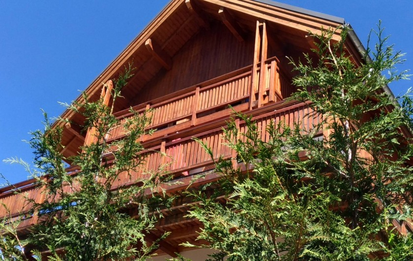 Location de vacances - Chalet à Mizoën - façade du chalet en été