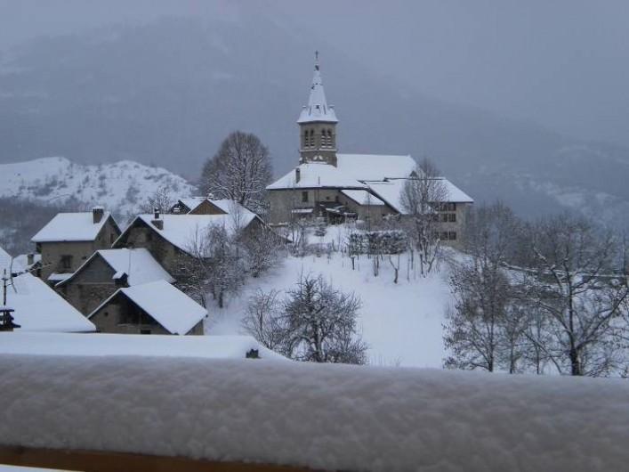 Location de vacances - Chalet à Mizoën - vue du village de la terrasse en hiver