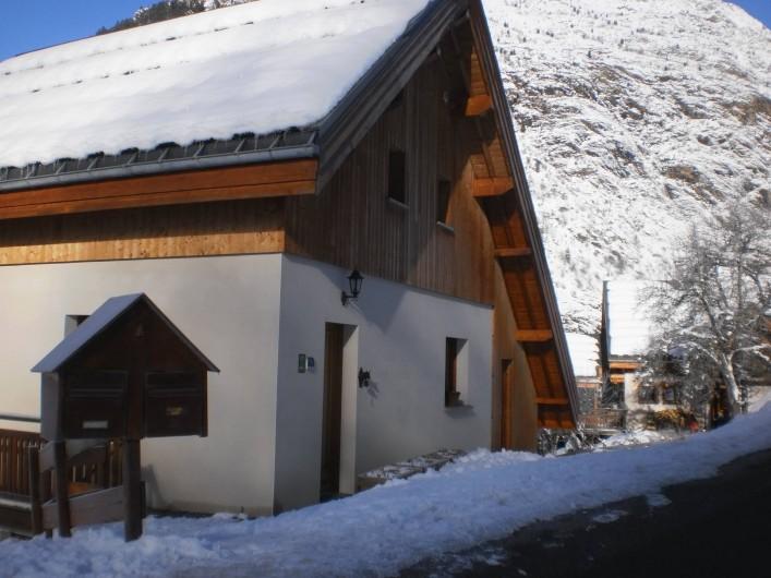 Location de vacances - Chalet à Mizoën - façade côté entrée l'hiver