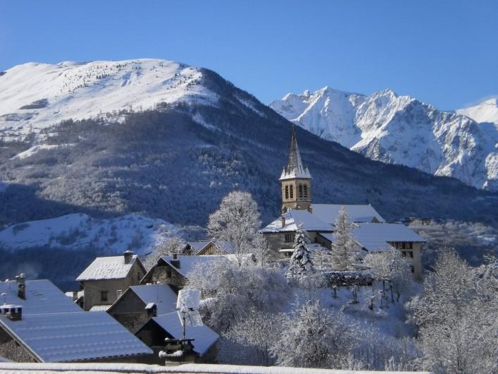 Location de vacances - Chalet à Mizoën - vue du village l'hiver de la terrasse du chalet