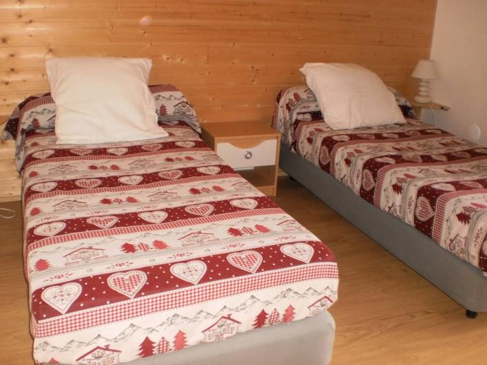 Location de vacances - Chalet à Mizoën - chambre deux lits simples