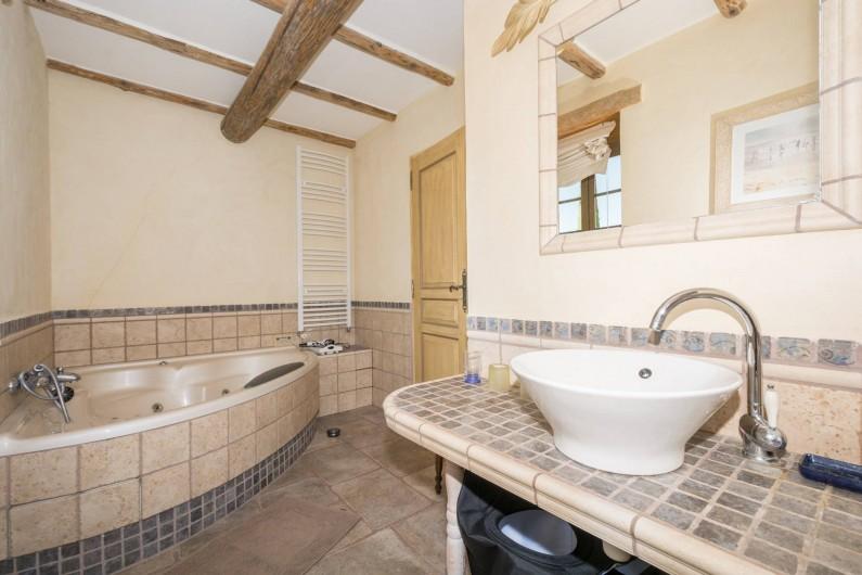 Location de vacances - Mas à Foissac - salle de bain avec jacuzzi