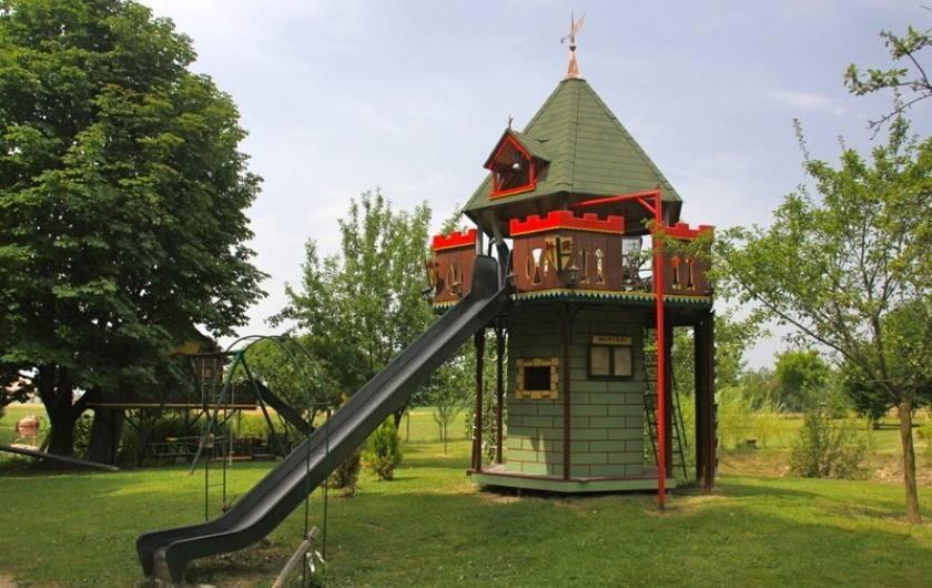 """Location de vacances - Gîte à Saint-Vérand - une tour de jeux  avec sa   """"prison"""" et quelques surprises!....."""