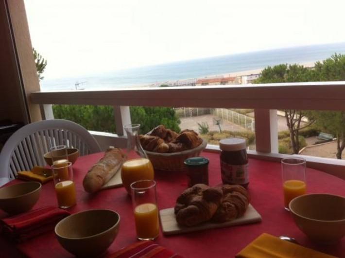 Location de vacances - Appartement à Saint-Pierre la Mer - Petit déjeuner avec vue mer
