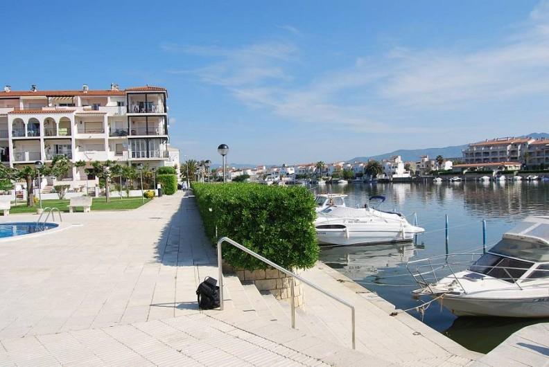 Location de vacances - Appartement à Empuriabrava - Appartement plein sud avec vue sur jardin, piscine et lac au bout de la marina.