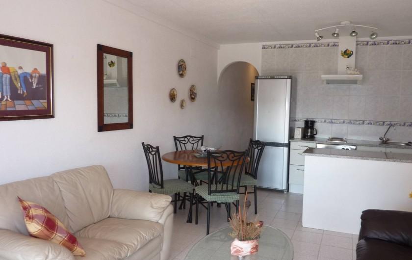 Location de vacances - Appartement à Empuriabrava - Salon, salle à manger avec cuisine américaine bien équipée.