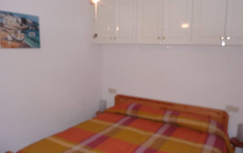 Location de vacances - Appartement à Empuriabrava - Deux lits 90 cm rapprochés dans la chambre avec ventilateur et moustiquaire.