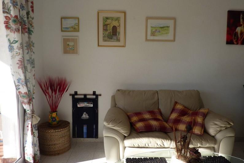 Location de vacances - Appartement à Empuriabrava - Canapé de détente, face à télévision avec 20 chaînes françaises, wifi...
