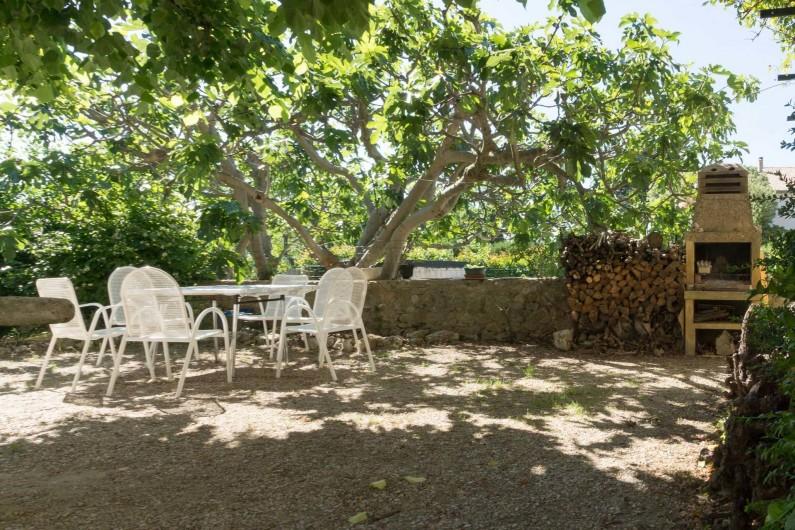 Location de vacances - Gîte à Beaumes-de-Venise - Coin repas réservé et barbecue dans la cour