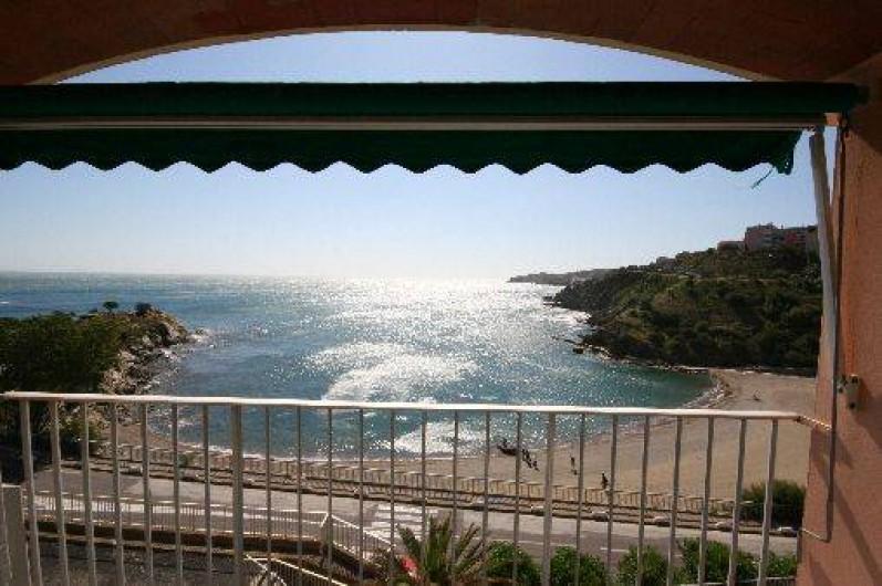 Location de vacances - Appartement à Banyuls-sur-Mer - Vue depuis les trois balcons. Table et chaises extérieures sur SàM