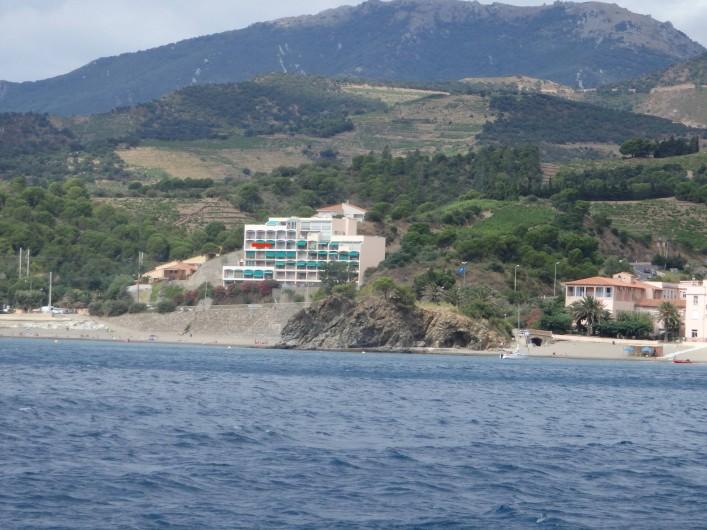 Location de vacances - Appartement à Banyuls-sur-Mer - Vue depuis la mer avec situation voir points rouges sur la façade immeuble