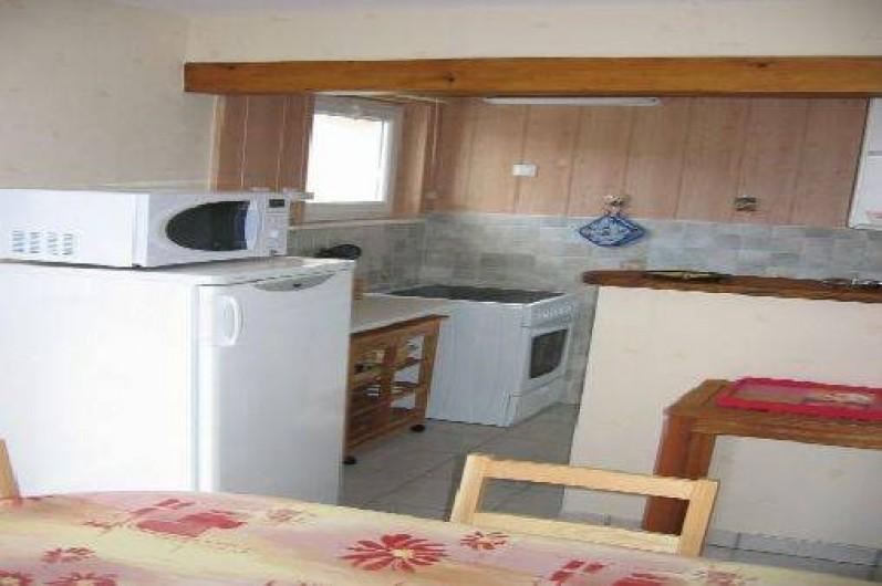 Location de vacances - Appartement à Gérardmer - cuisine intégrée dans pièce de vie