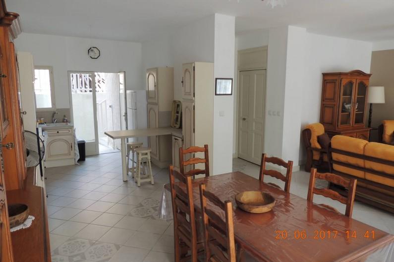 Location de vacances - Maison - Villa à La Palme - Salle à manger, cuisine, salon et accès salle d'eau et escalier.