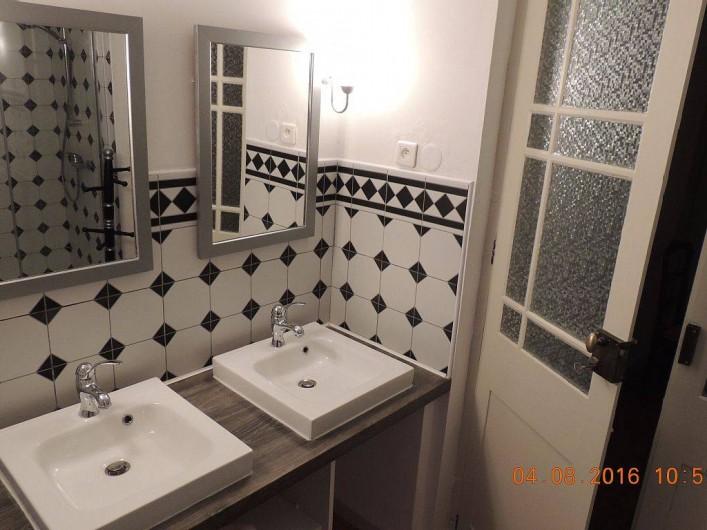 Location de vacances - Maison - Villa à La Palme - Salle d'eau à l'étage, coté vasques.