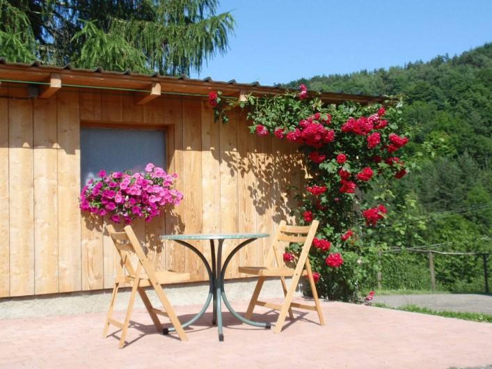 Location de vacances - Gîte à Orbey - Terrasse devant l'entrée