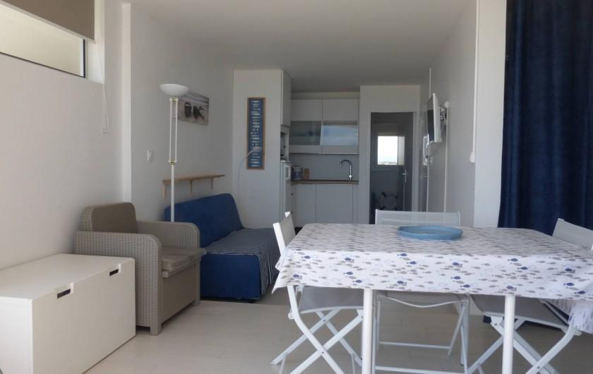 Location de vacances - Appartement à Canet-en-Roussillon - Pièce principale vue de la terrasse, coffre rangement et à droite placard