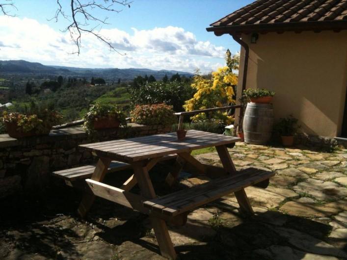 """Location de vacances - Appartement à San Jacopo Al Girone - La court en face au """"Casale"""" avec vue sue la vallée de l'Arno"""