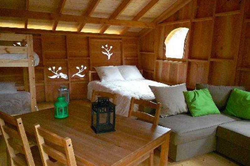 """Location de vacances - Cabane dans les arbres à Grandfontaine - Intérieur Cabane Tribu (2-4 couchages) """"Le Refuge du Trappeur"""""""