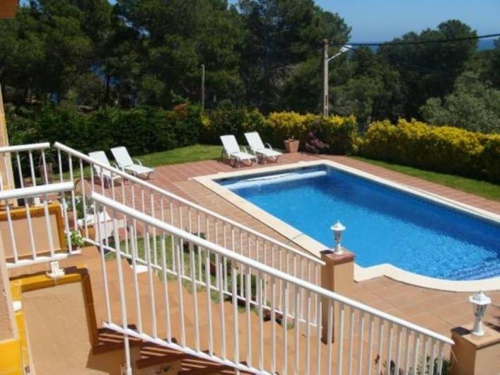Location de vacances - Villa à Tamariu - Piscine en mosaïque vue de la terrasse couverte