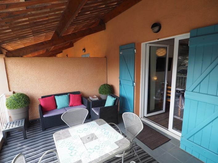 Location de vacances - Studio à Hyères - Terrasse confortable et on peut y déjeuner ou diner