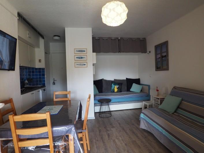 Location de vacances - Studio à Hyères - Vue sur l'entrée et la kitchenette à gauche, table repas.